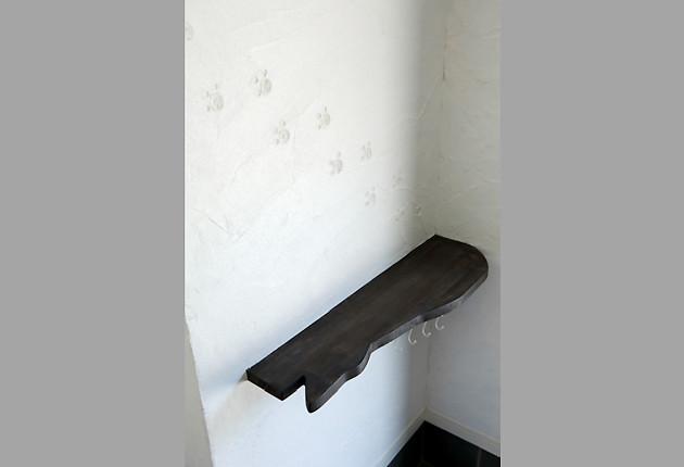 壁を塗っていたご主人の遊び心で玄関脇にはネコの足跡