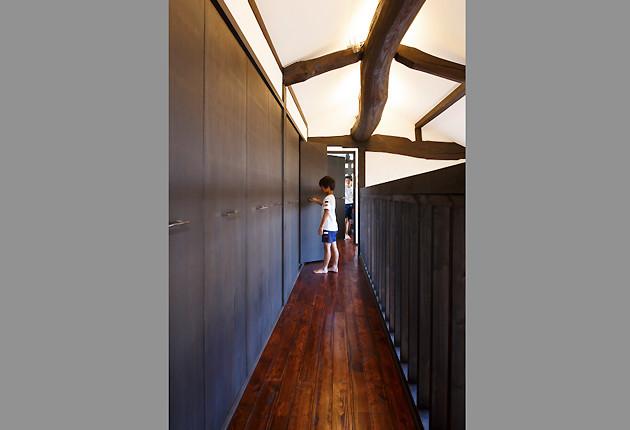 2階の子ども室をつなぐ廊下。西側は大容量の収納スペース