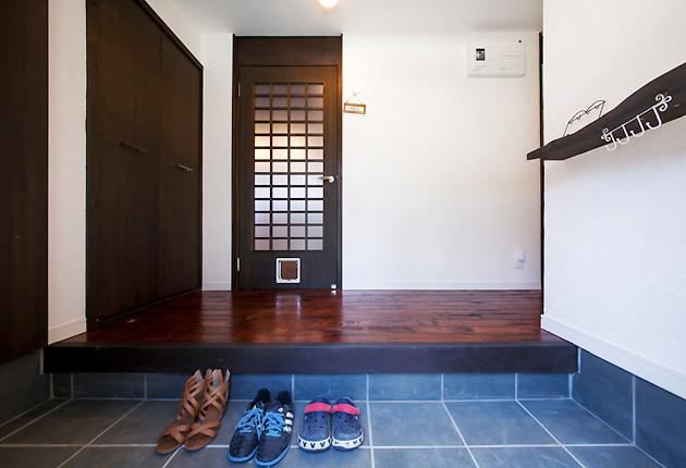LDKへのドアに、2匹のネコたちのための扉も