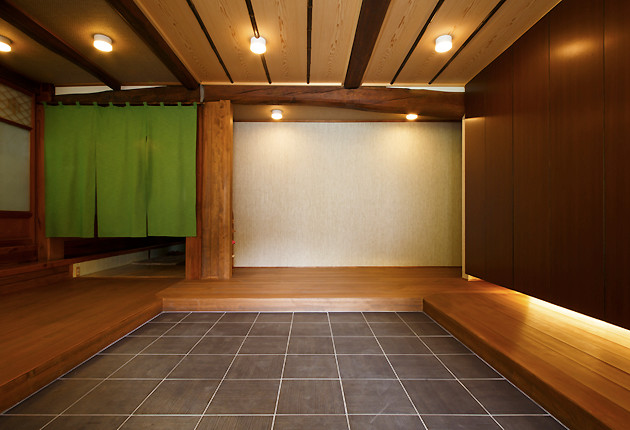 広々とした玄関に間接照明が味わいを加える