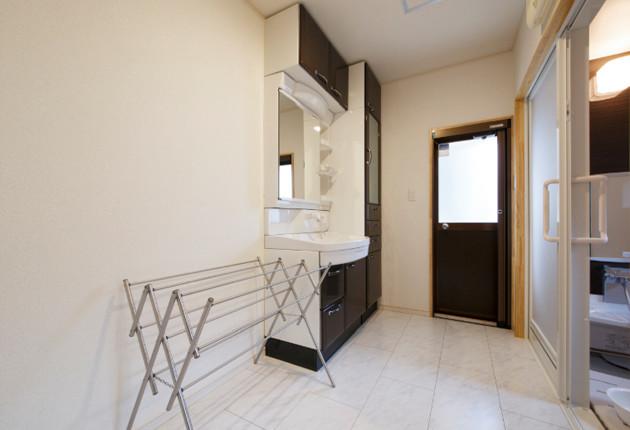 既設の洗面・浴室もすっきりと改修。