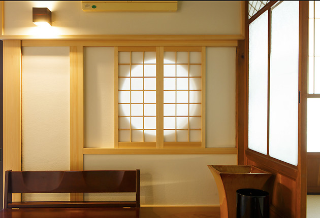 玄関ホールの丸窓が風情を加え自然光ももたらす