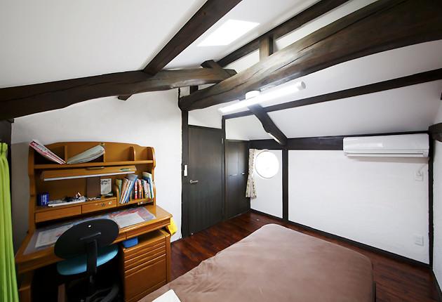 丸窓を設けた北側の子ども室は外観にも楽しい雰囲気を