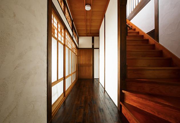壁を塗り替えたことで明るくなった中廊下