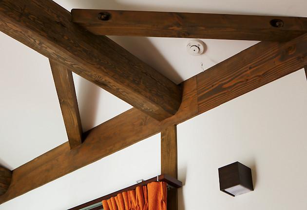 昔ながらの木の継ぎ方「追掛大栓継ぎ」が施された梁。