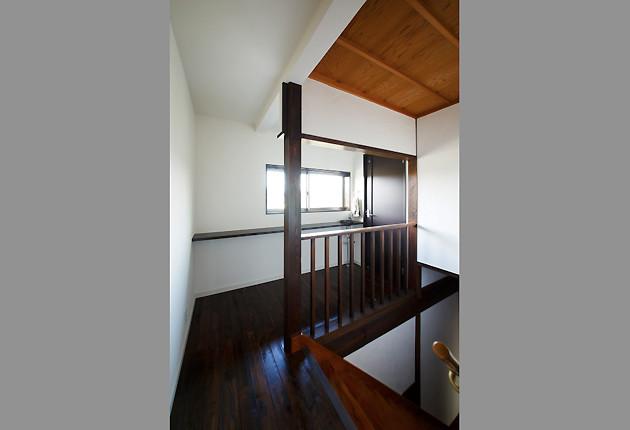 白い壁に自然光が反射する2階ホール