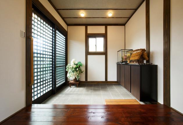 趣漂う玄関。壁にはピクチャーレールを。
