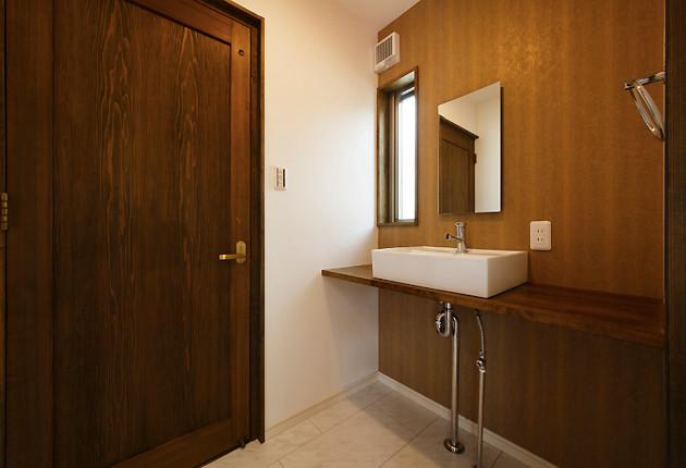 トイレや洗面にもていねいに造作。