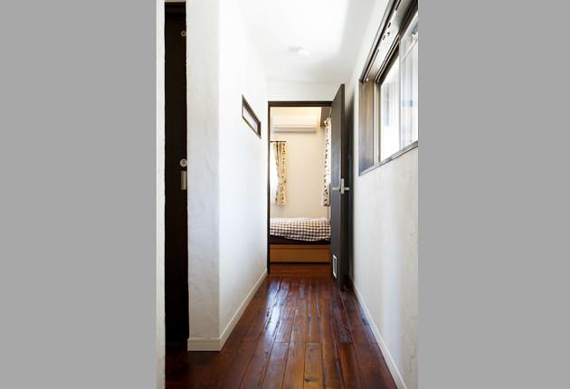 玄関ホールから主寝室へまっすぐ伸びた廊下