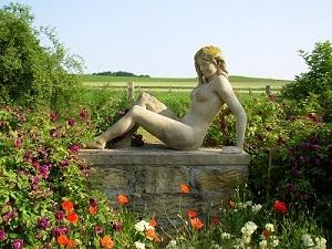"""""""Sonnenbadende"""" 2007, Kunststein steinfarbig, Höhe 0,92 m Breite 1,32 m Tiefe 0,60 m"""