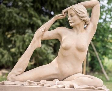 "akt ""Yoga"" 2014, Kunststein steinfarbig, Höhe 1,0 m B 1,10 m Tiefe 0,52 m"