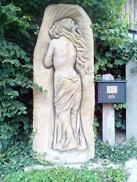 """""""Abschied"""" 2016, Kunststein eingefärbt, Höhe 2,0 m B 0,90 m T 0,50 m"""