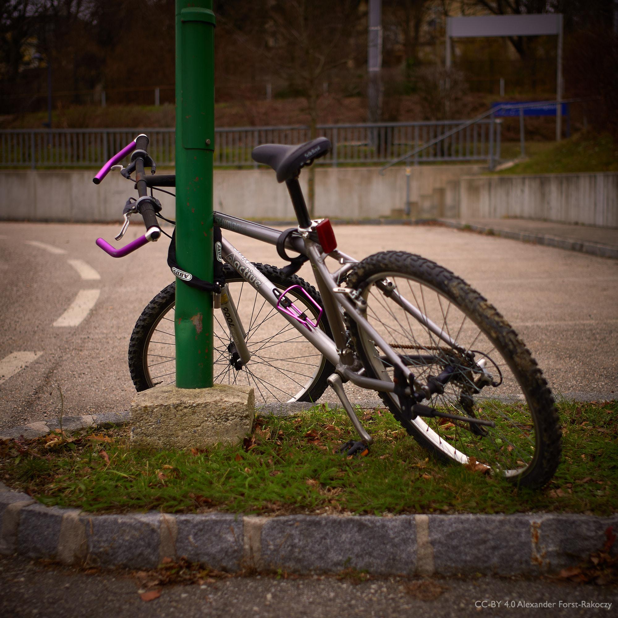 Alfora; Ein Fahrrad lehnt an der Laterne