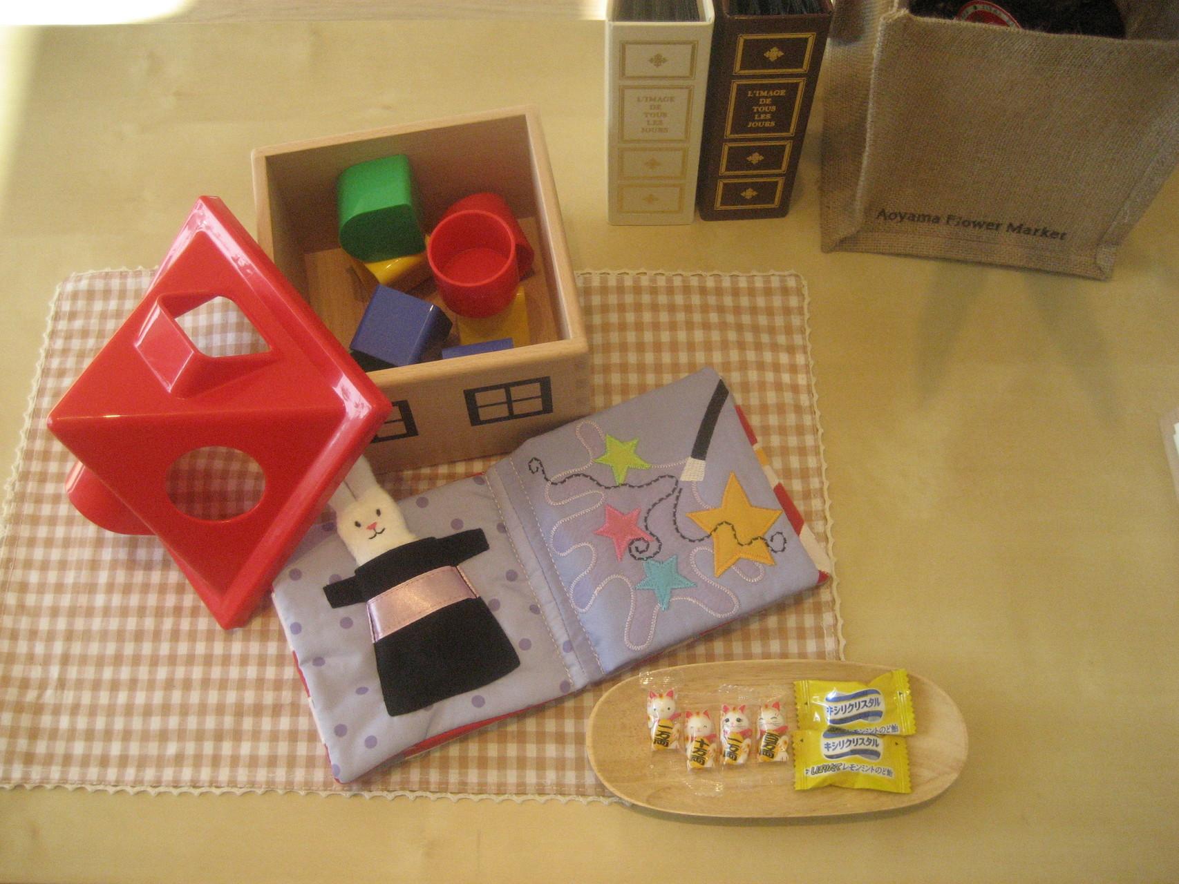 小さなお子様も大歓迎。心ばかりのおもちゃや絵本をご用意しています。