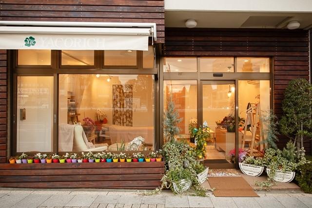 日当りのとってもよいガラス張りのオープンなお店です。