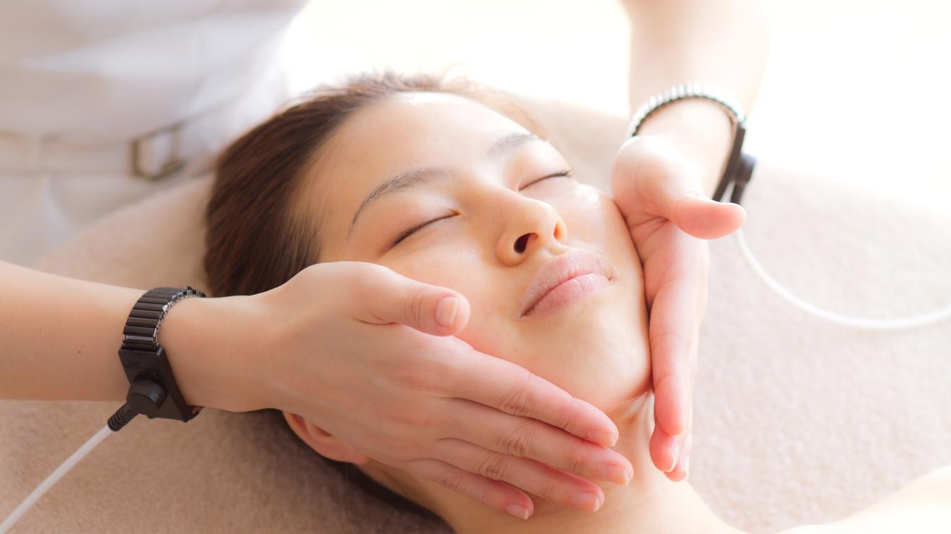 骨美顔筋の手技と、ノンパルス低周波が施術者の手からお客様の筋肉に伝わることで、リフトアップ!!