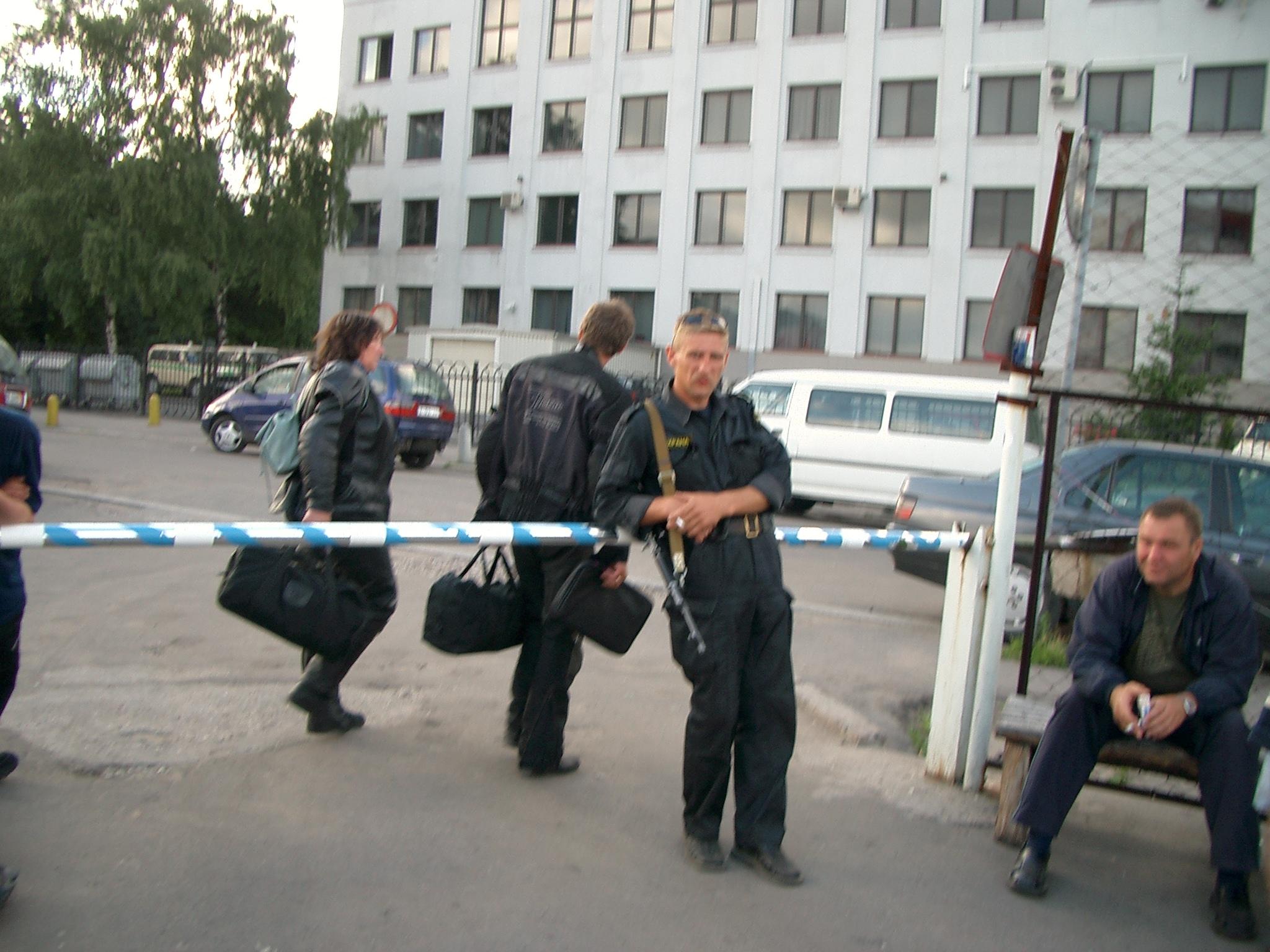 Parkplatzwärter mit Kalaschnikow