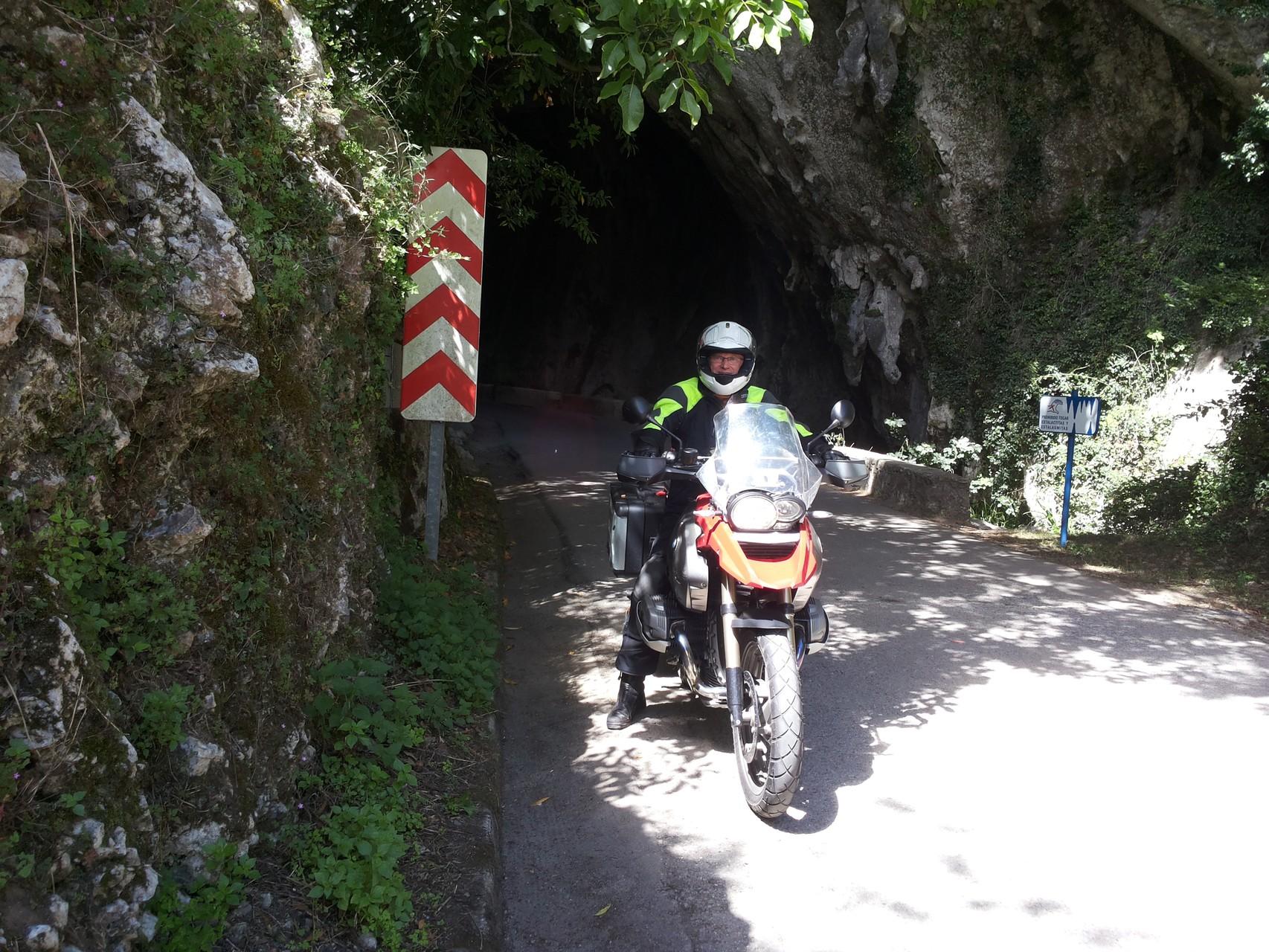 mit dem Moped durch die Tropfsteinhöhle