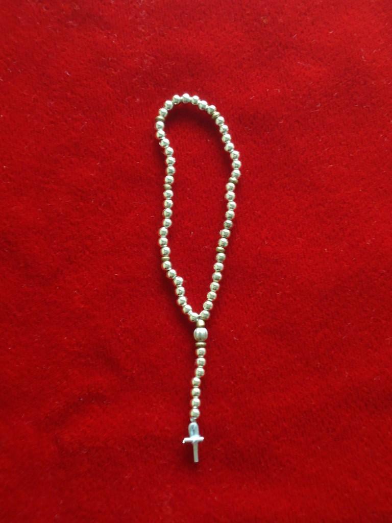 Rosario perlas metálicas plata Virgen 25 cm