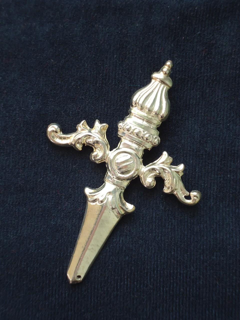 Puñal de metal bañado en plata. Medidas: 8 x 5,75 cm