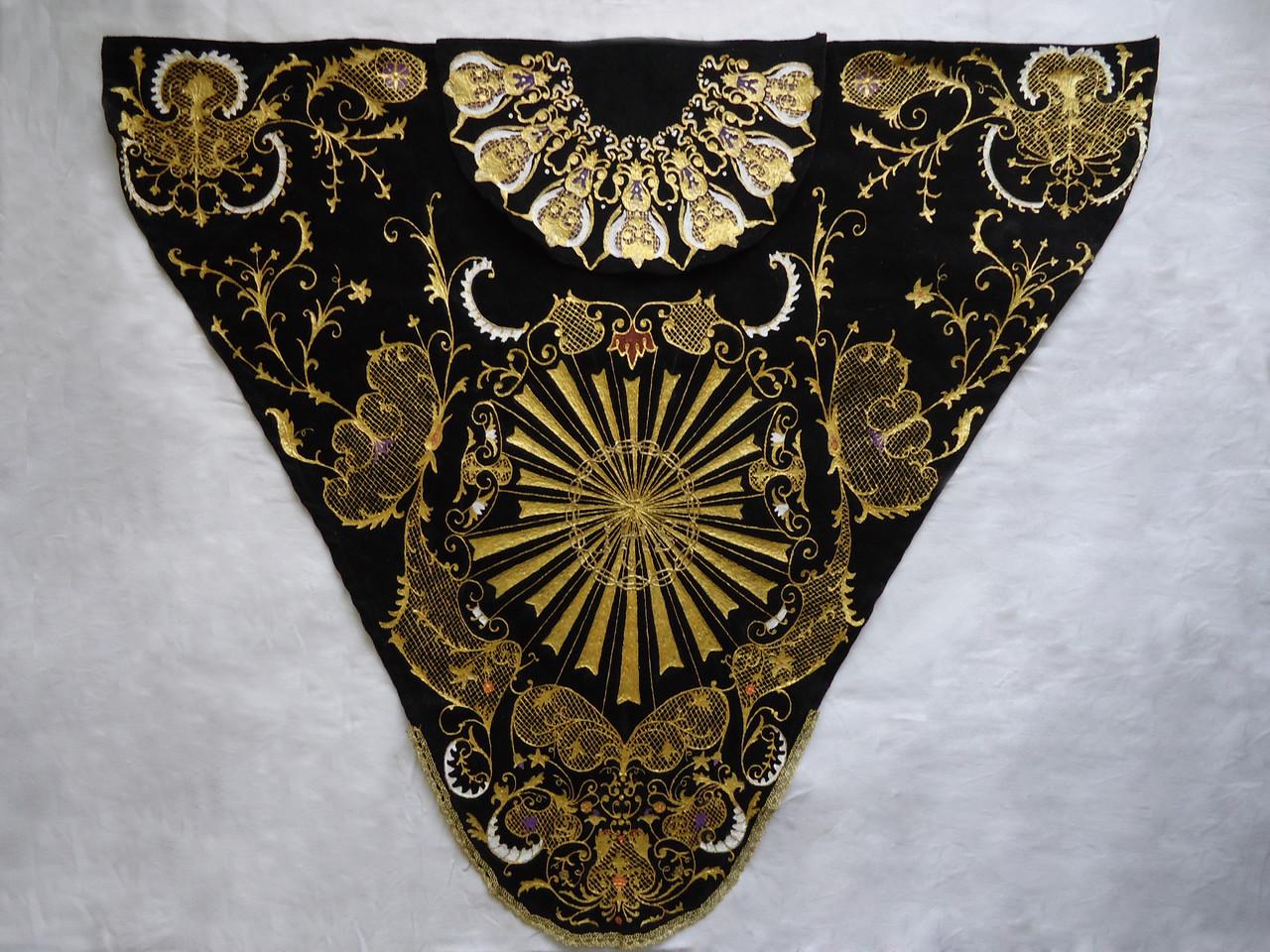 Réplica manto de cola y toca de sobremanto de la Madre Dolorosa de León