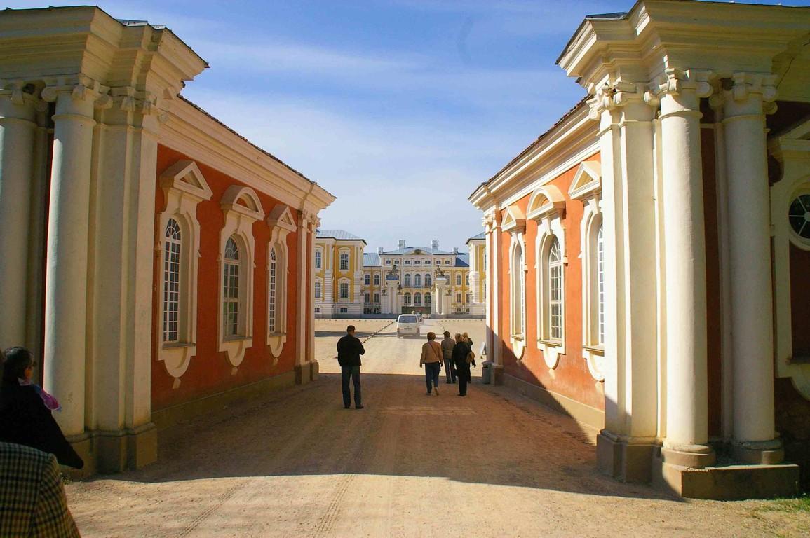 Vor dem Barockschloss Rundale, noch in Lettland
