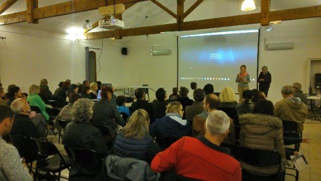 Fanny Prache chargée communication Agribiovar et Valérie Hanocq de Cobionat devant une salle pleine à Sillans