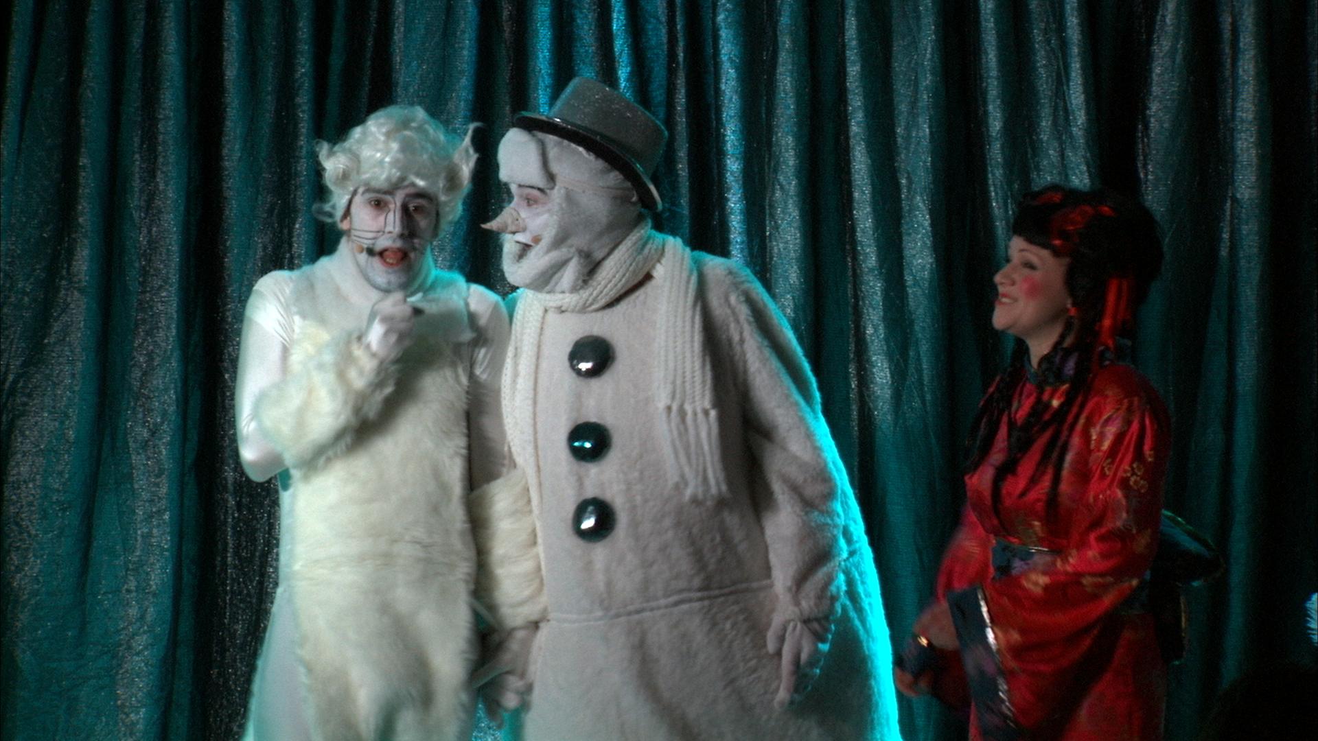 Bühnen-Szene - Eine schöne bunte Weihnachtskugel