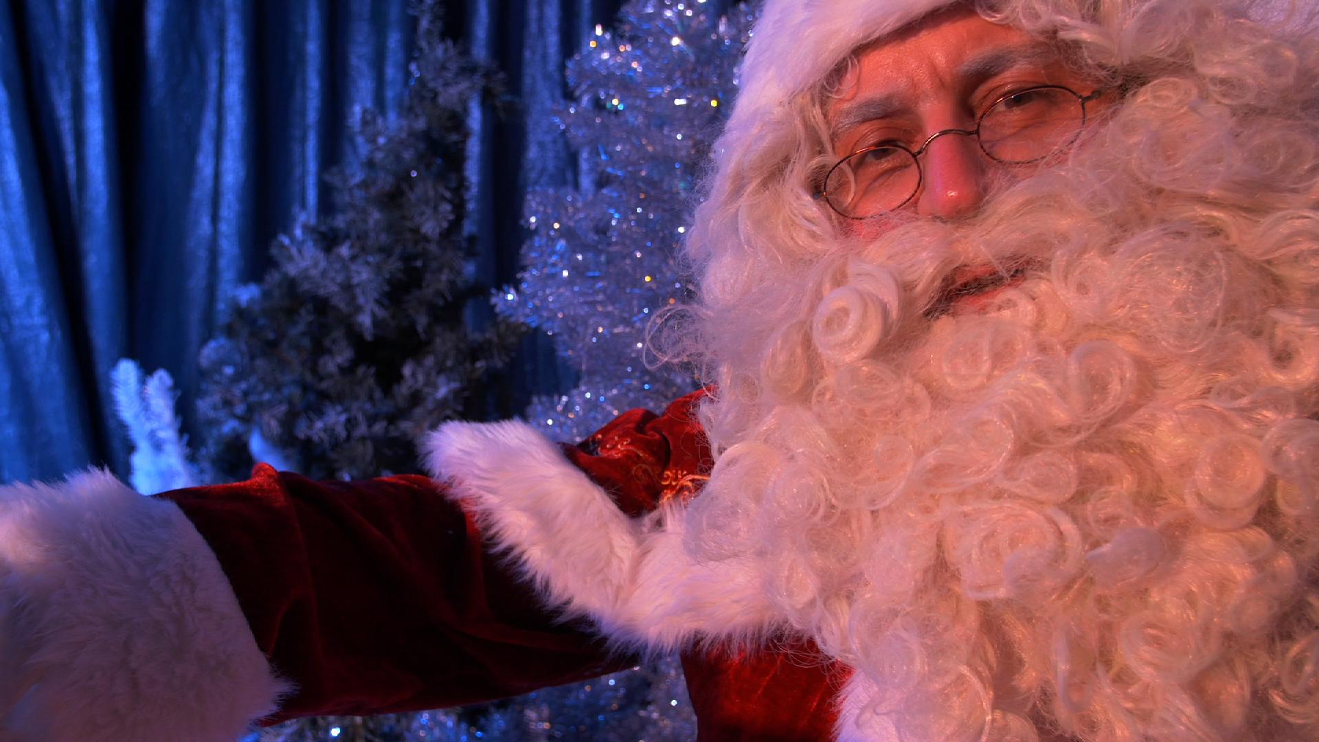 Unser Weihnachtsmann begrüßt alle Kinder auf seinem Sessel und eine kleine Überraschung abholen.