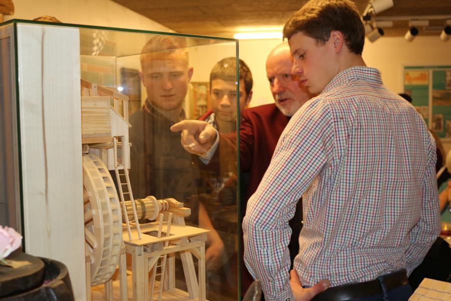 Kustos Arthur Huberführt die Mitglieder der Landjugend durch das Museum