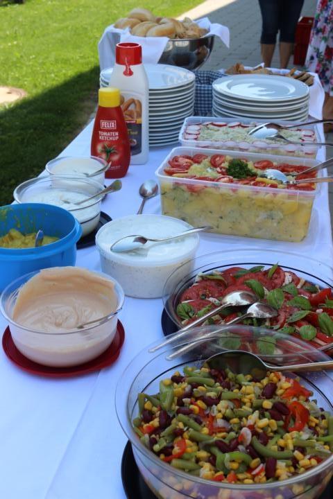 Viele Salate, Saucen und Brote stehen zur Verfügung