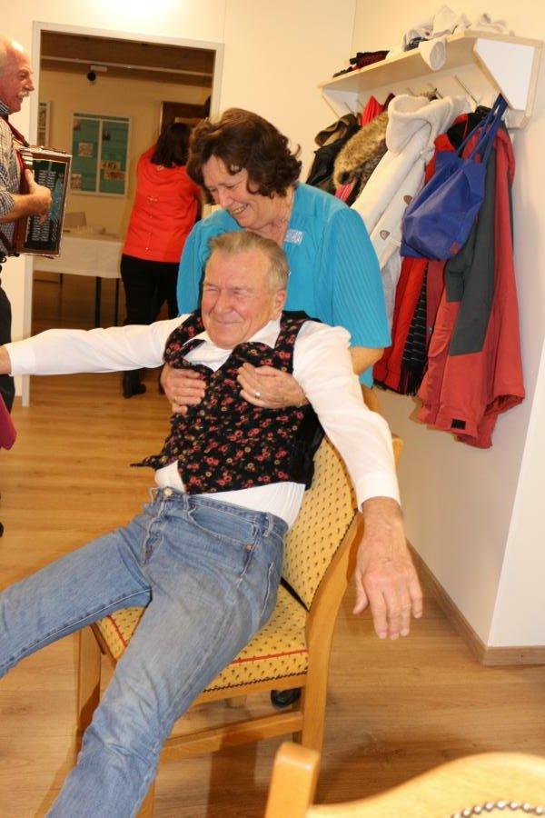 Hansjörg geht ganz freiwillig auf die Tanzfläche :-) - Foto: S.Trabi