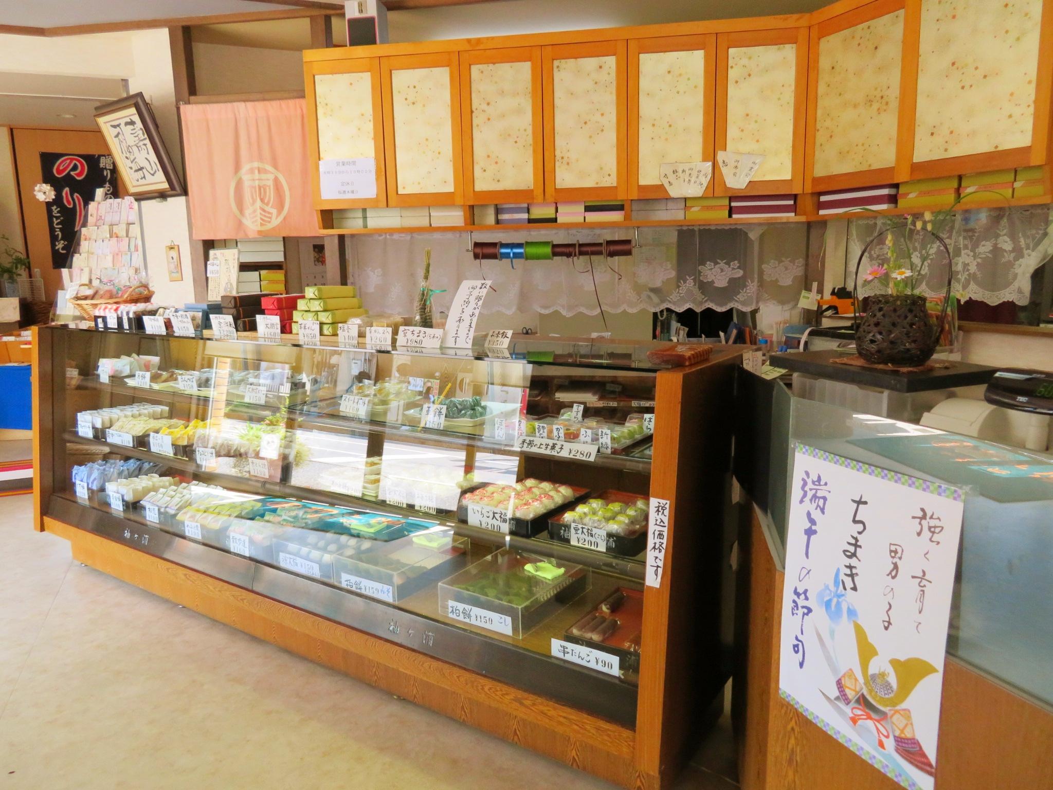 袖ヶ浦の店内の様子。大きなショーケースに色とりどりの季節の和菓子が並びます。