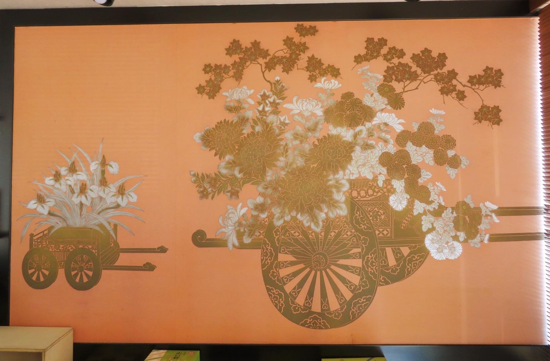 店内には大きな花ぐるまの屏風が。紙袋のデザインモチーフにもなっています。