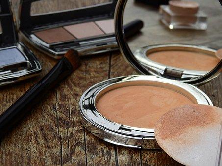 Nicht nur bei unserer Kleidung sollten wir auf die richtigen Farben achten, sondern natürlich auch bei unserem Make-Up!