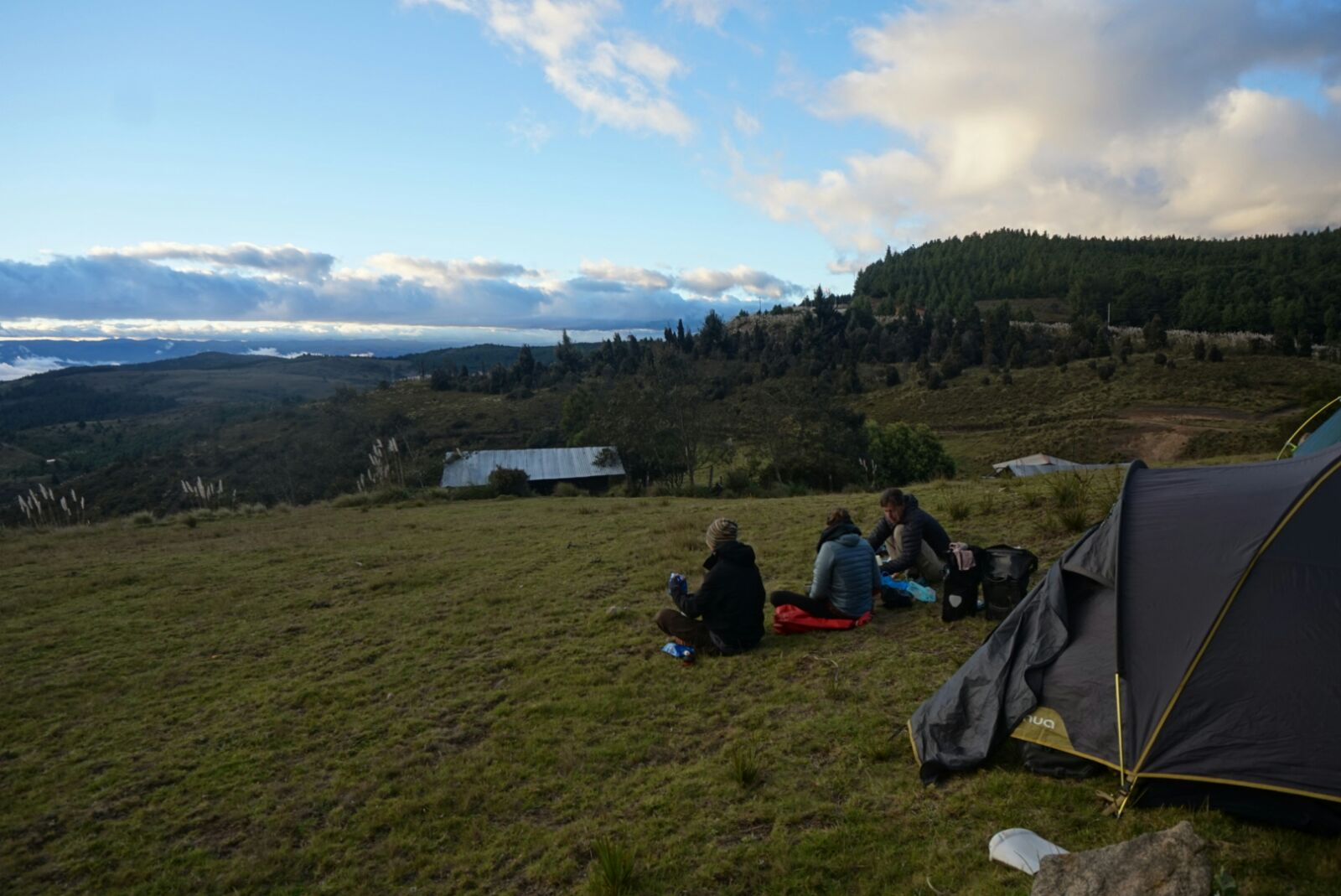 Camping de reve haut dans les montagnes