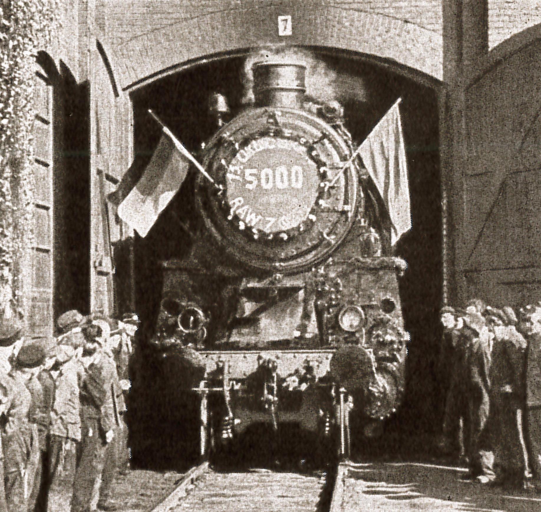 """Die 5000. Lok nach 1945 verläßt am 13.10.1954 die Lokhalle (Quelle: """"50 Jahre RAW, 50 Jahre Arbeiterbewegung"""", Zwickau, 1958)"""