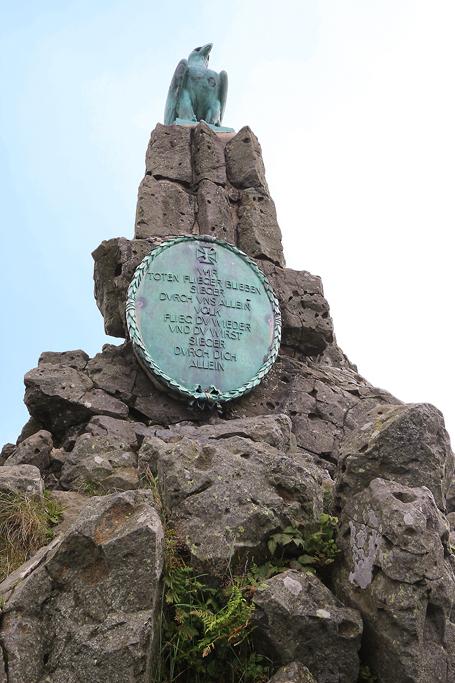 Das Fliegerdenkmal unterhalb der Wasserkuppe.
