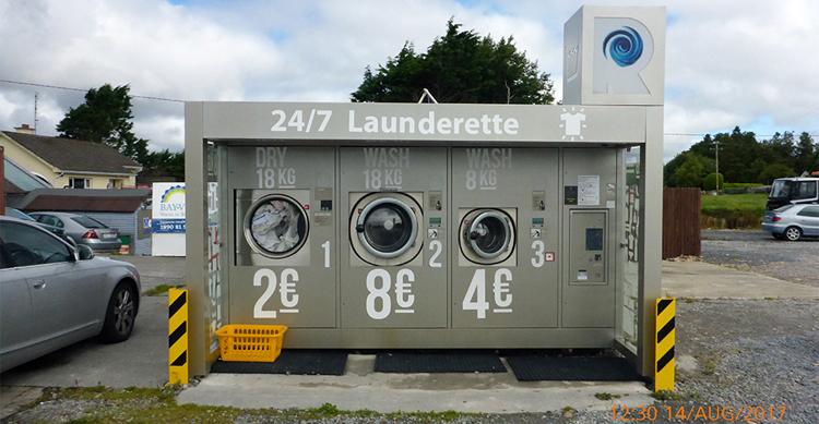 Waschsalon unter freiem Himmel am Rande einer Tankstelle, westlich Galway.