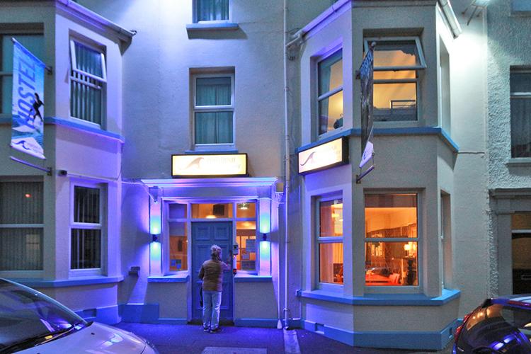 Insbesondere am Abend schön anzuschauen, das Holyday Hostel in Portrush.