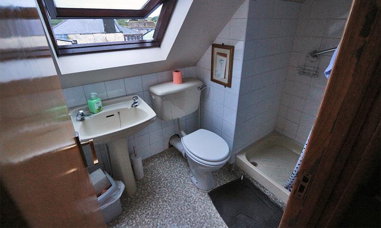 Der Sanitärbereich, recht klein. Größere Leute müssen auf ihren Schädel aufpassen.