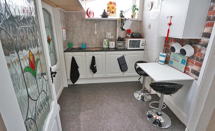 Kleine Nebenküche unmittelbar vor unserem Zimmer.