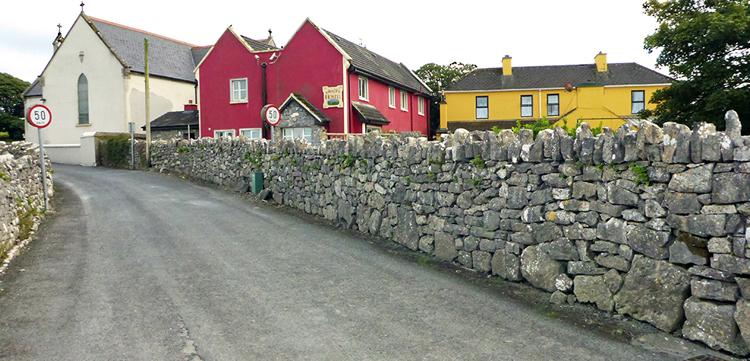 Von der Hauptdurchgangsstraße des Ortes (Main Street) ist das Hostel schlecht gekennzeichnet. In der Nebenstraße (Bild) ist die Beschilderung gut.