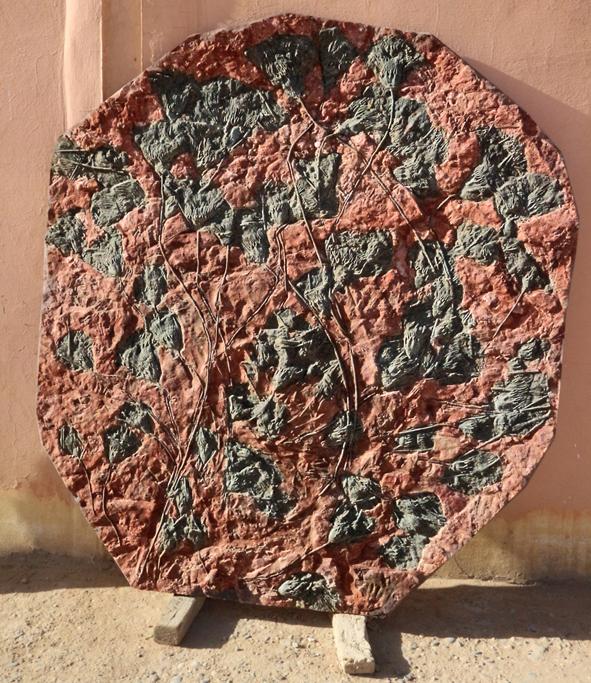 Die fertigen Exponate erwecken den Eindruck, man habe sie als vollständige Platte aus dem Erdreich aufgenommen  und weiterverarbeitet.