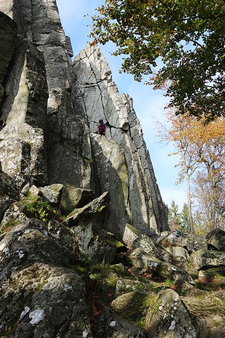 Ein Kletterer übt sich an den bis zu 20 m hohen Phonolithsäulen.