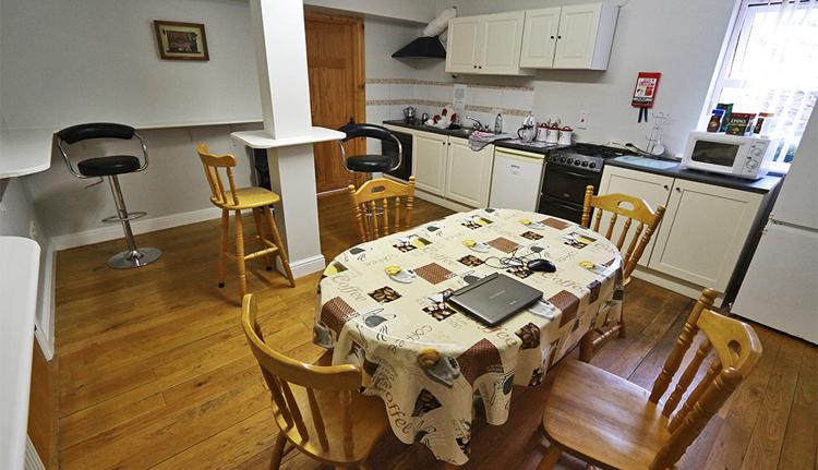 Küche und Esszimmer, bei voller Belegung vielleicht ein wenig zu klein. Wir hatten den Raum allerdings fast für uns alleine.