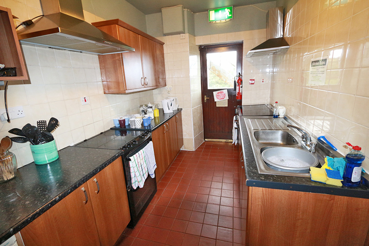 Die Küche etwas schlauchartig, bei Hochbetrieb auch etwas eng, aber sauber und aufgeräumt.