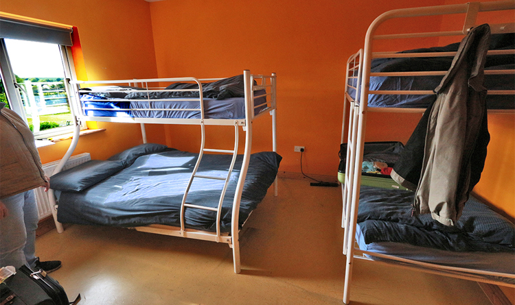 Schlafräume im Stil der 70er Jahre, das ist heute nicht mehr wirklich konkurrenzfähig. Alles ist nur zweckmäßig, es fehlt jede Gemütlichkeit. Erstaunlicherweise haben wir auch in diesem Knattergestell gut geschlafen.
