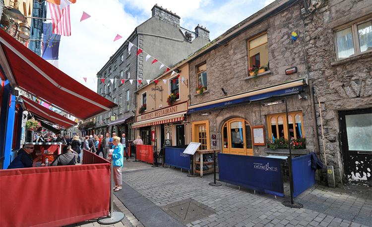Quaystreet unterhalb Highstreet in Galway