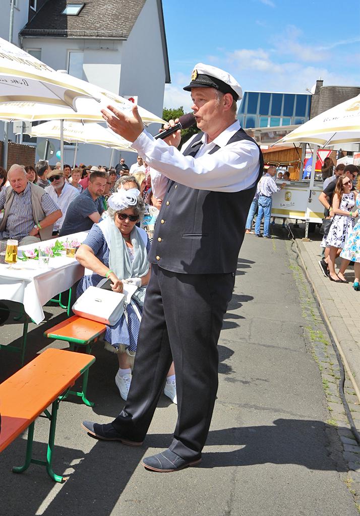 Freddy Albers trällert Seemanslieder an der Bühne C in der Seestraße.